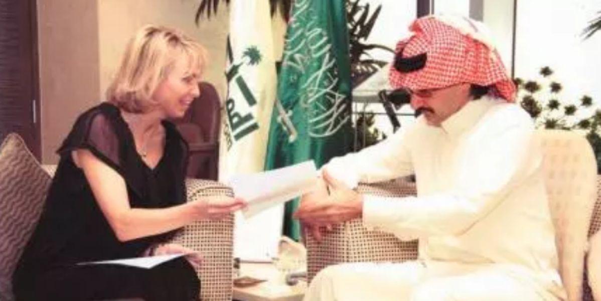 Corinna y el príncipe saudí Al-Waleed durante la reunión en una imagen publicada por el diario Al Riyad