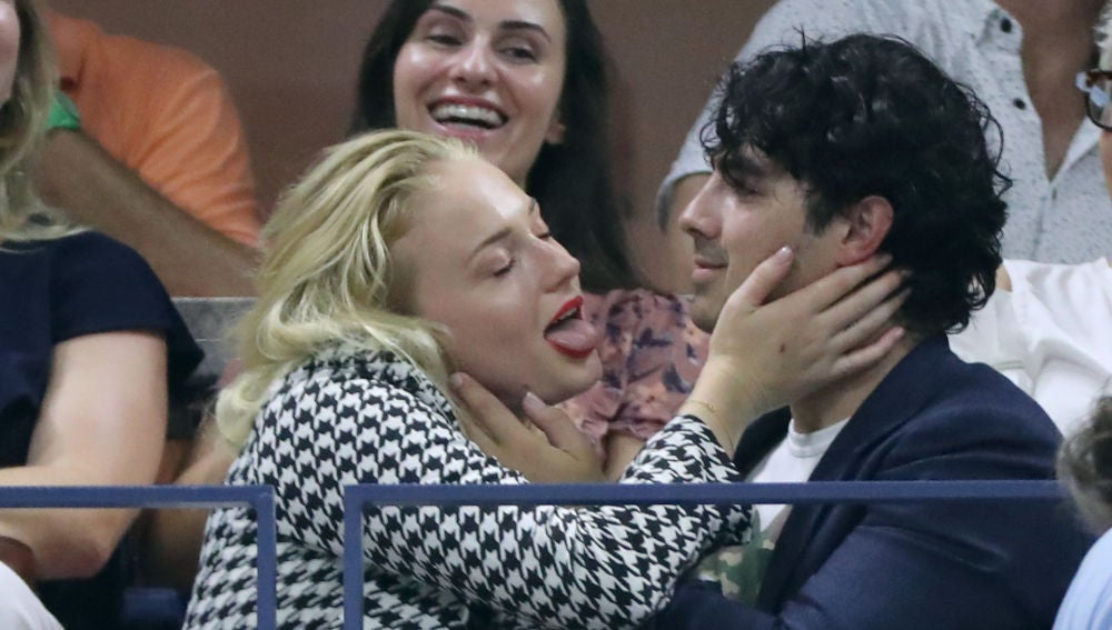 """El """"apasionado"""" beso de Joe Jonas y Sophie Turner en el US Open"""