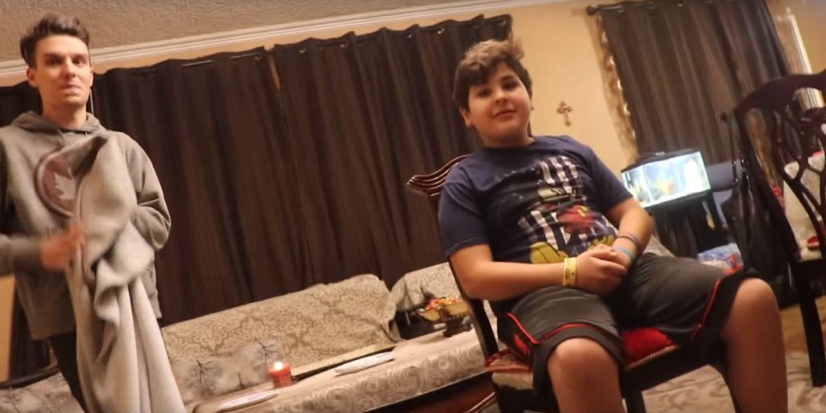 Le hace creer a su hermano que es invisible y el vídeo se vuelve viral