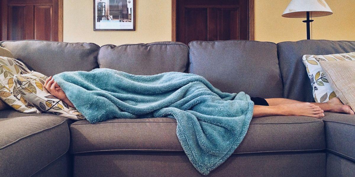 Una persona durmiendo en el sofá
