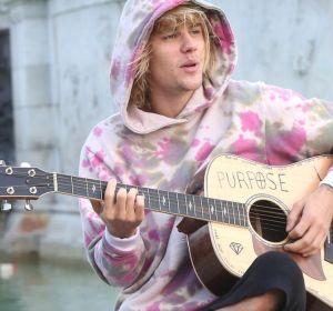 Justin Bieber cantando en la calle en Londres