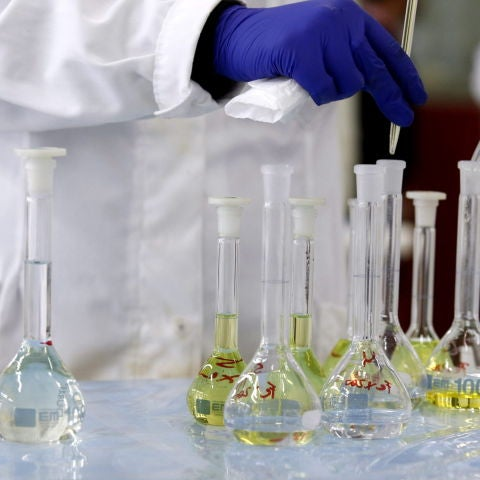 Detalle de unas probetas en un laboratorio