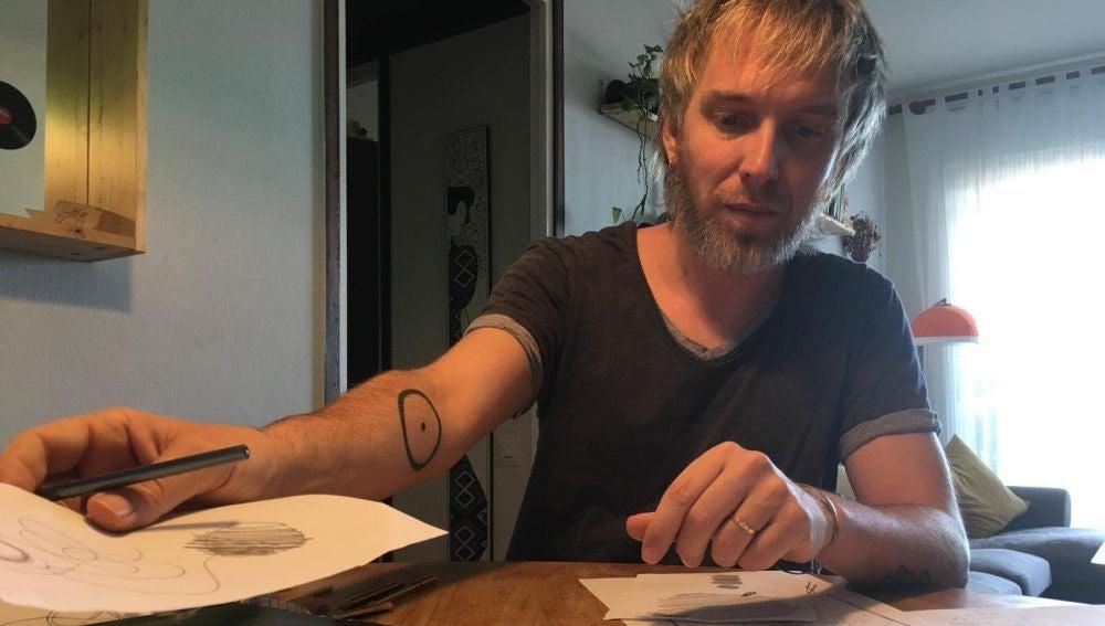 Shuarma trabajando el los bocetos del cuadro 'Mis Sueños'