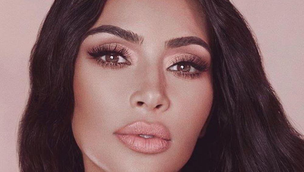 Kim Kardashian promocionando su línea de maquillaje