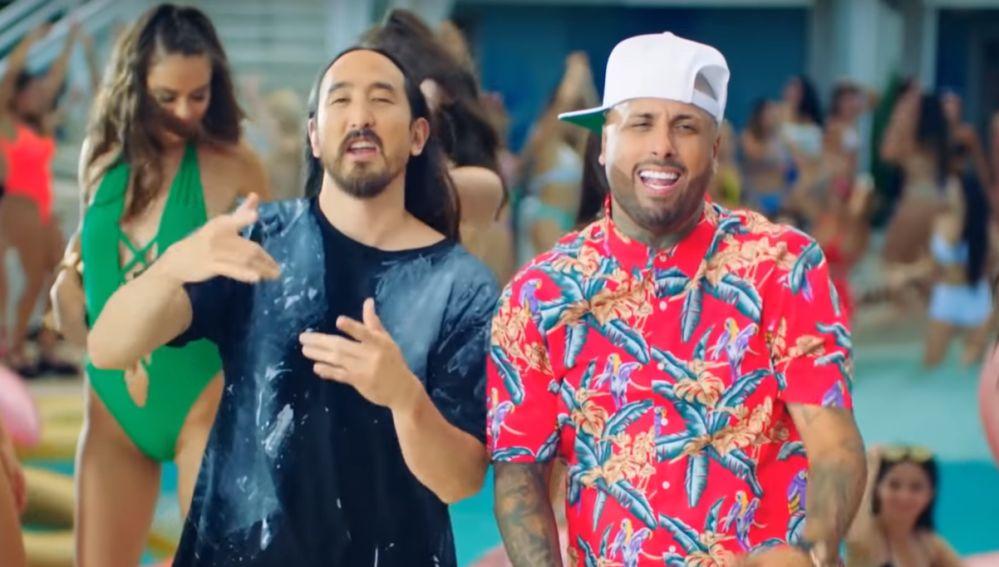 Steve Aoki y Nicky Jam en el videoclip de 'Jaleo'
