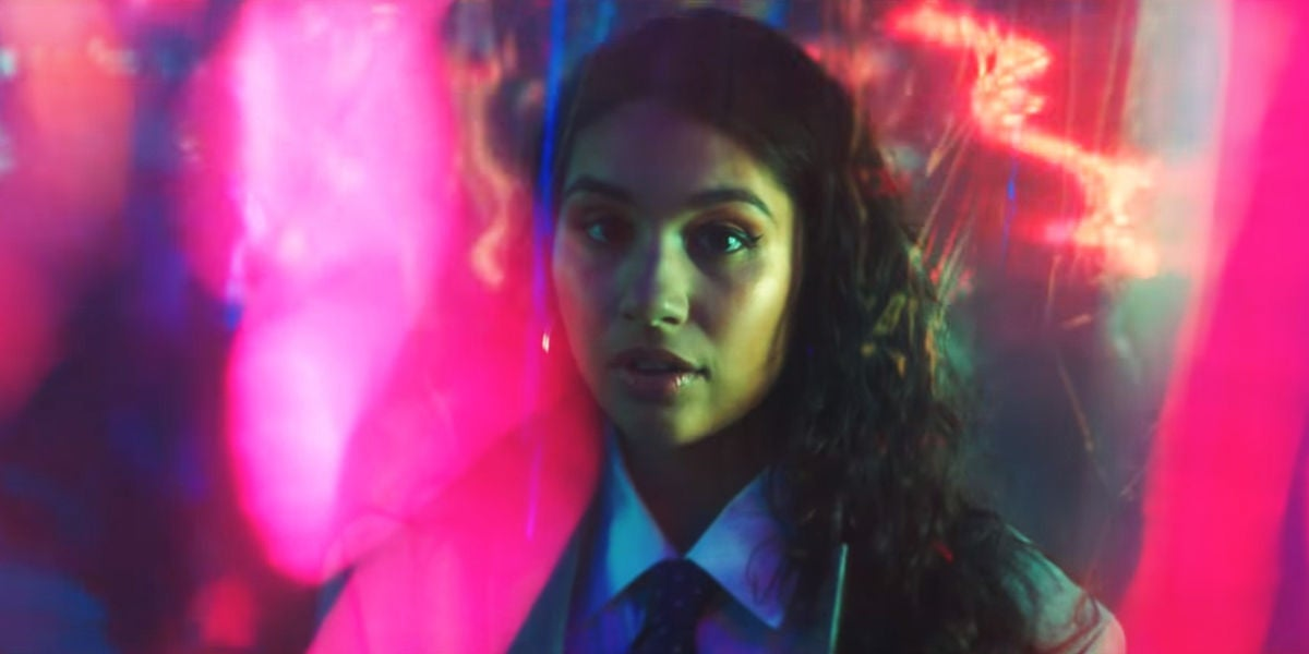 Alessia Cara en el videoclip de 'Trust My Lonely'
