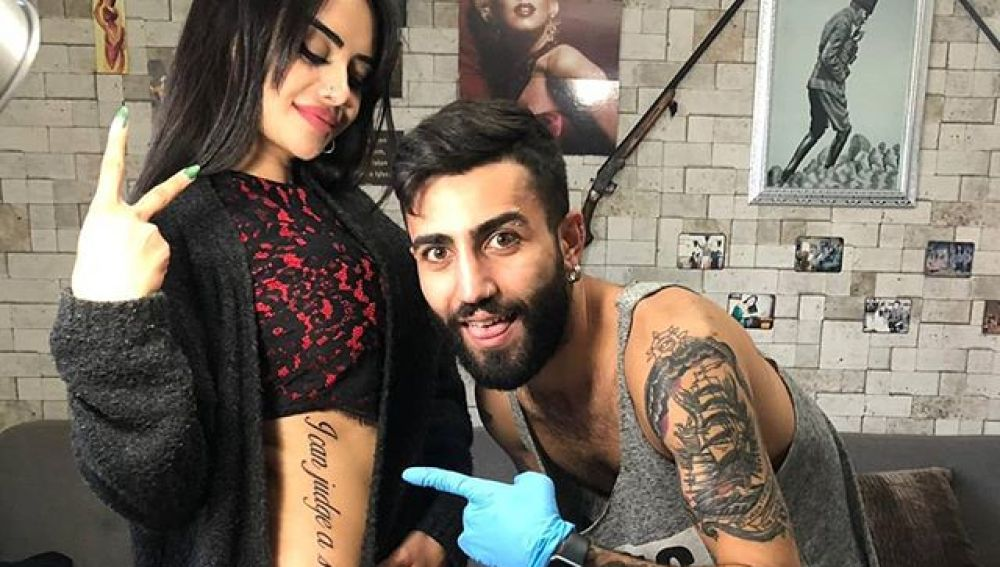 La estrella de la televisión Naz Mila luciendo orgullosa su tatuaje