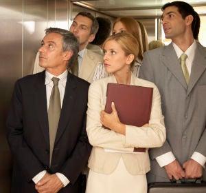 Personas dentro de un ascensor