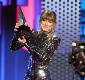 Taylor Swift recogiendo el premio a 'Mejor Artista' en los MTV AMAs 2018