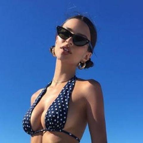 Emily Ratakowsky muy sensual bailando a ritmo de Rihanna en un barco