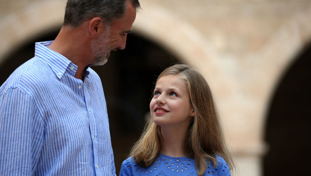 La Princesa Leonor junto a su padre en el Palacio de la Almudaina durante sus vacaciones en Palma
