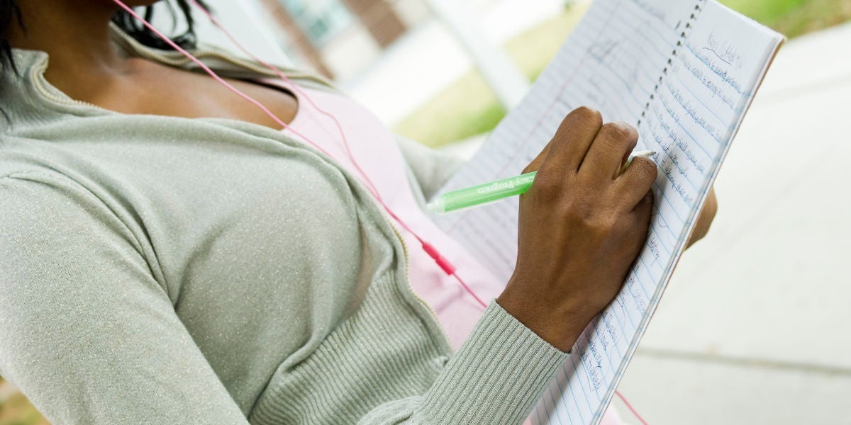 Mujer escribiendo en una libreta