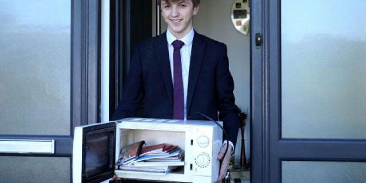 Un alumno transporta los libros en un microondas