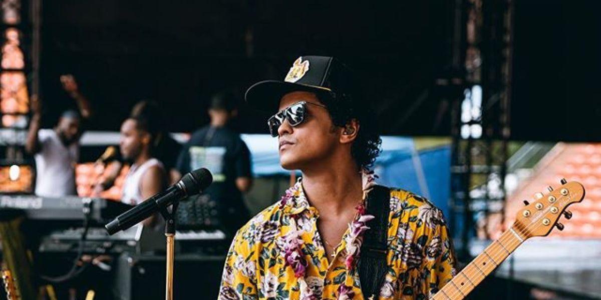 Bruno Mars durante su concierto en Hawaii