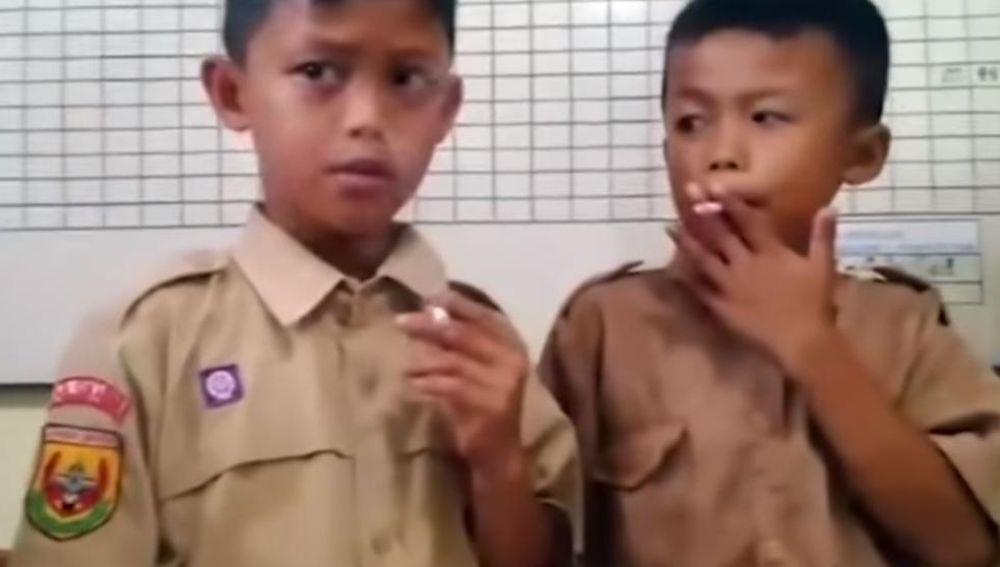Niños fumando