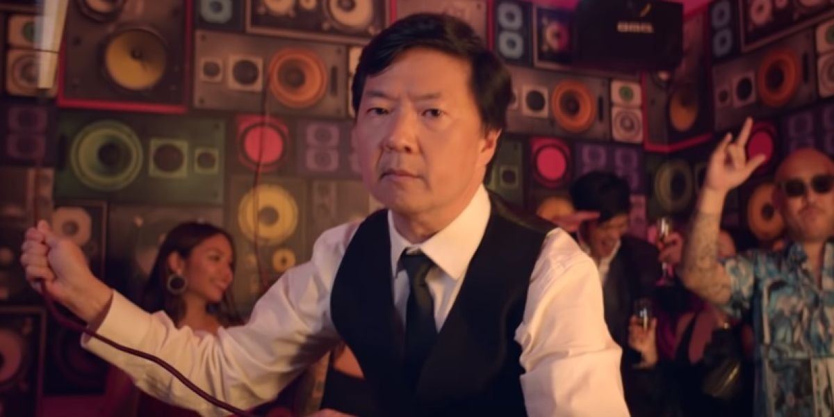 Ken Jeong en el vídeo de 'Waste It On Me'