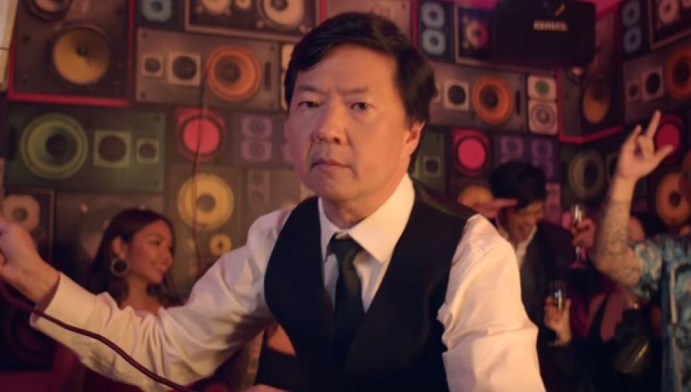 Ken Jeong en el vídeo de 'Waste It On Me'