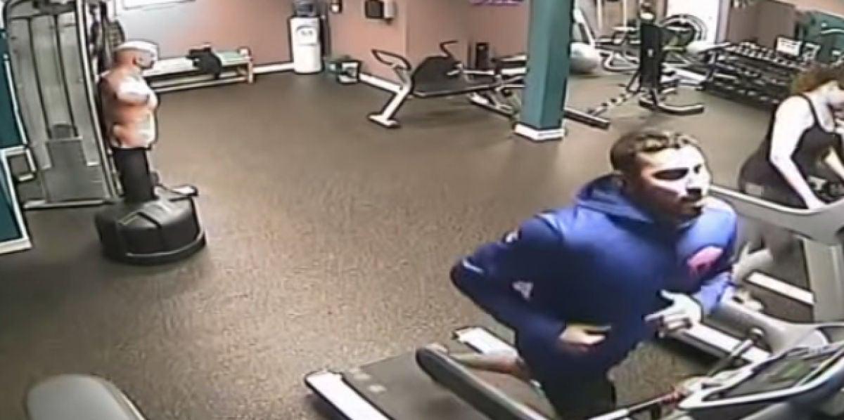 Deja de correr antes de quitarte la sudadera mientras entrenas en la cinta