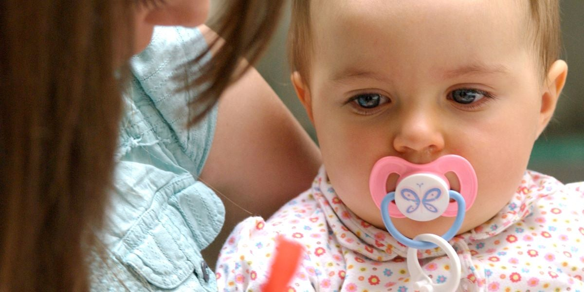 Una bebé con un chupete