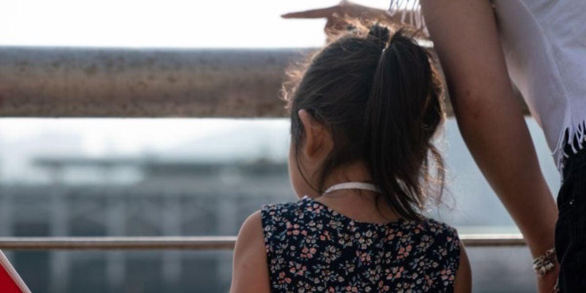 Una niña china de espaldas