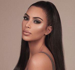 Kim Kardashian promocionando su línea de cosmética 'KKW Beauty'