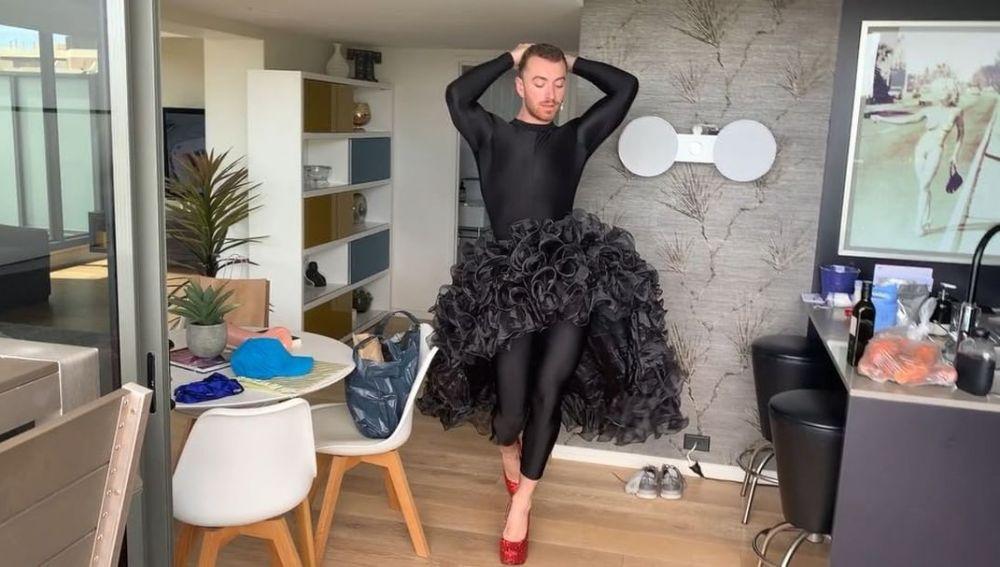 Sam Smith con falda y tacones bailando 'Conga' de Gloria Estefan