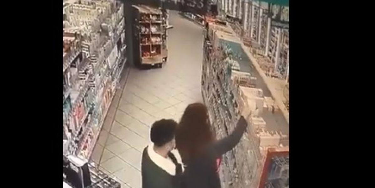 El descarado ataque sexual de un hombre a una mujer en el supermercado sin que ella se de cuenta