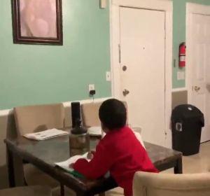 Una mujer pilla a su hijo pidiéndole ayuda a Alexa para hacer sus deberes