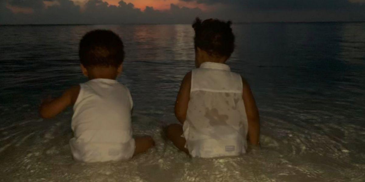 Sir y Rumi Carter frente a una puesta de sol en India