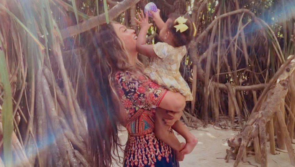 Beyoncé con su hija Rumi en brazos