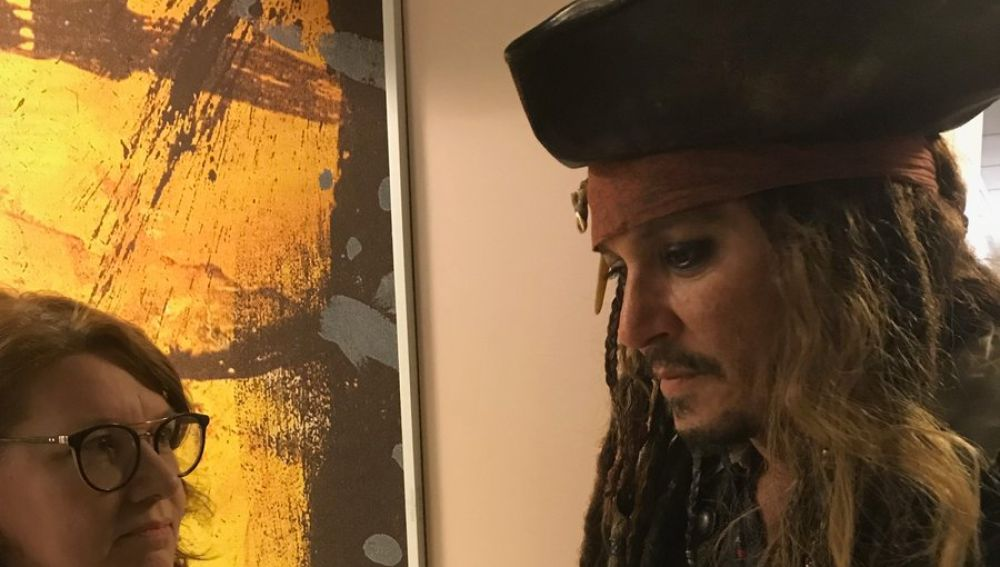Johnny Depp visita a los niños con cáncer del Instituto Curie de París