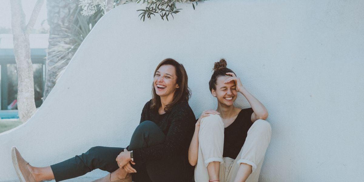 Dos amigas divirtiéndose