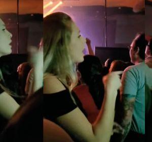 Joven traduciendo al lenguaje de signos las canciones de un concierto