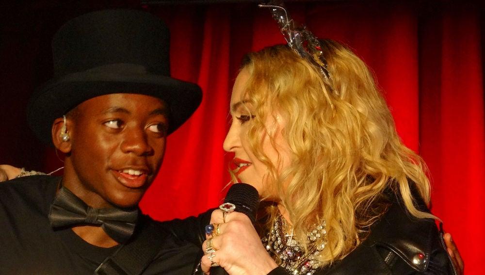 Madonna durante un concierto sorpresa junto a su hijo