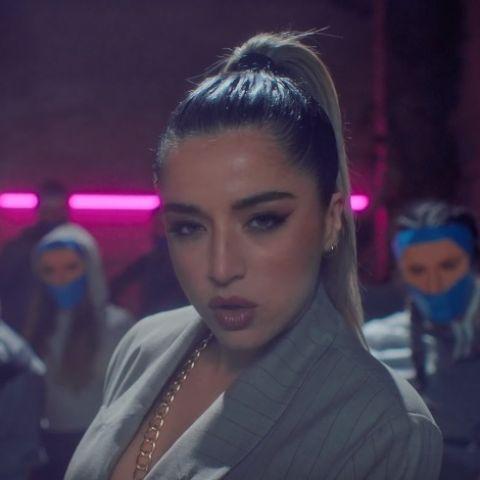 Lola Índigo en el videoclip de 'Fuerte'
