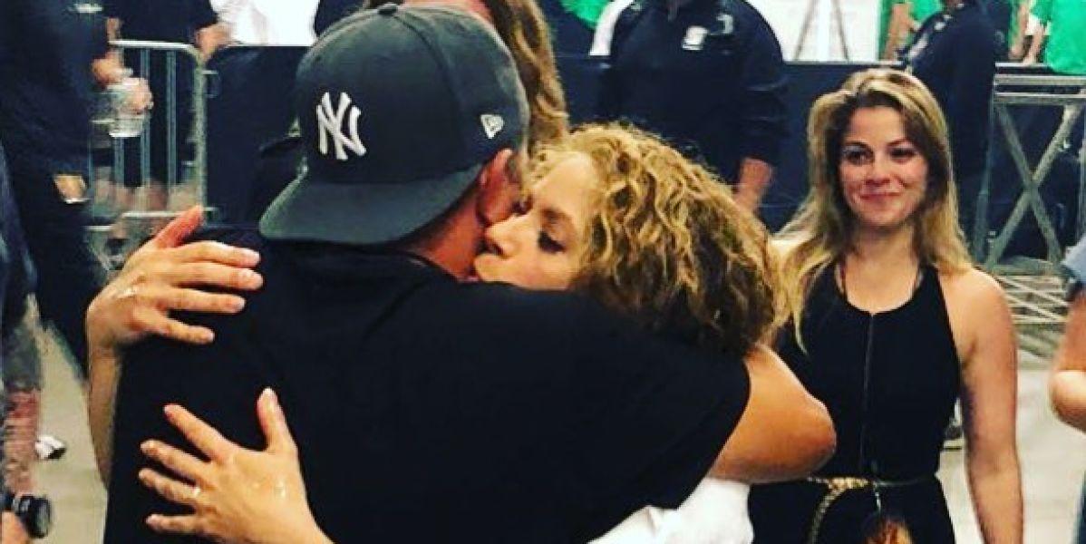 Alejandro Sanz y Shakira abrazándose
