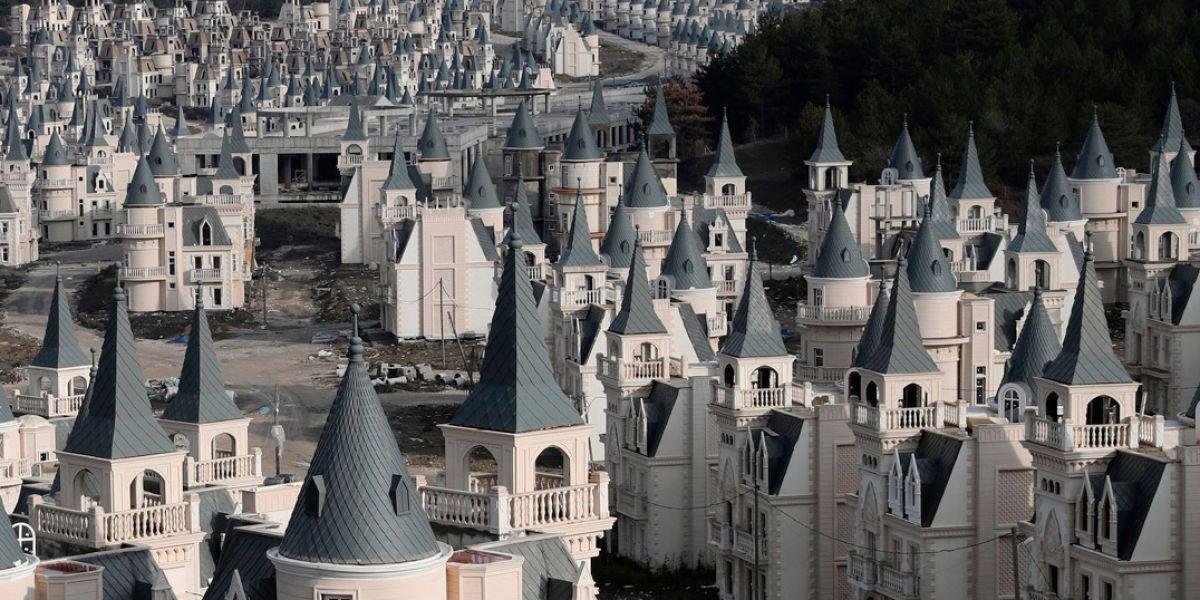 En venta una urbanización con más de 700 casas en forma de castillo