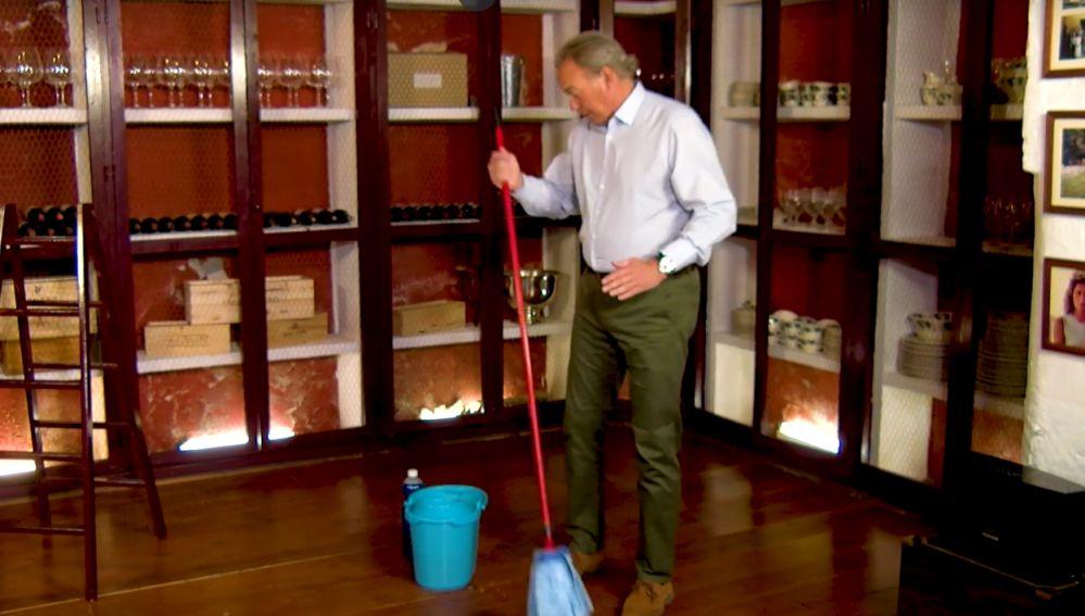 Bertín Osborne enseña a fregar el suelo
