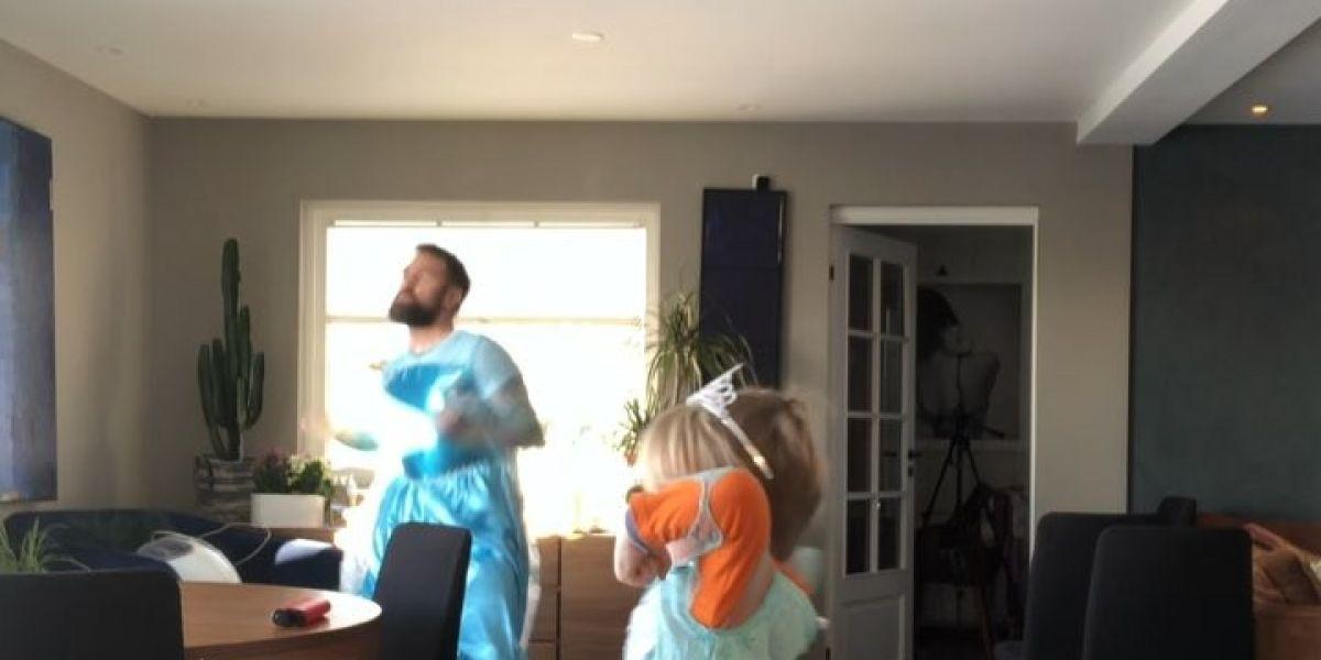 Padre e hijos, disfrazados de Elsa de Frozen, bailando 'Let It Go'