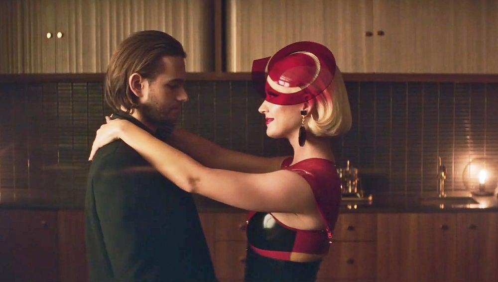 Zedd y Katy Perry en el vídeo de '365'