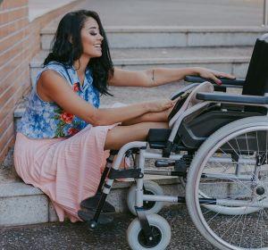 Layane Dias junto a su silla de ruedas