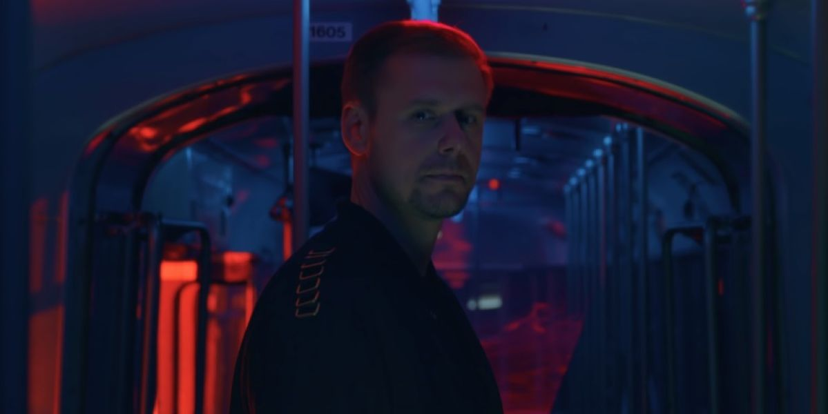 Armin Van Buuren en el vídeo de 'Lonely For You'