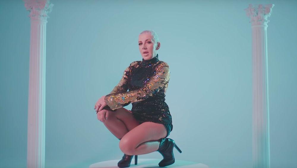 Ana Torroja en el videoclip de 'Llama'