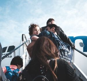 Gente subiendo a un avión