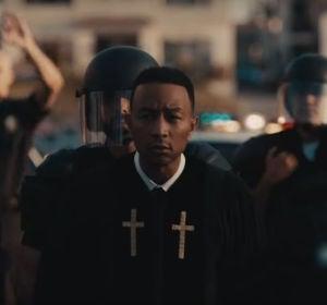 John Legend en el videoclip de 'Preach'