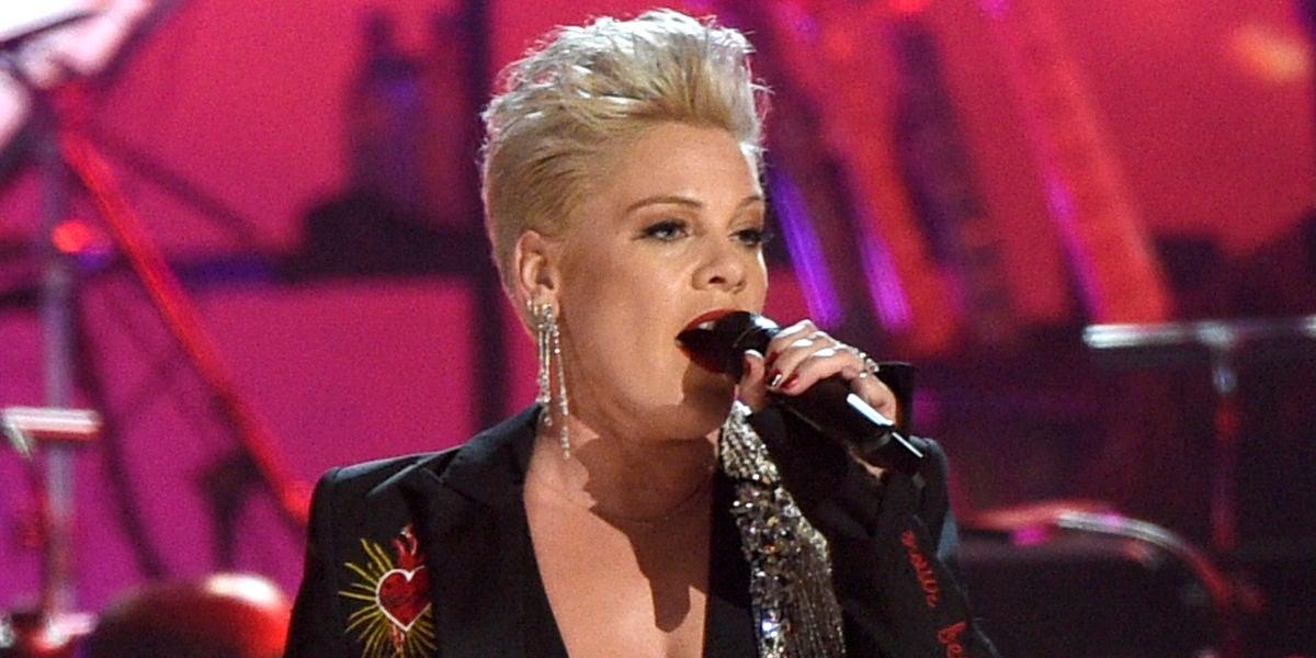 Pink durante un homenaje a Dolly Parton