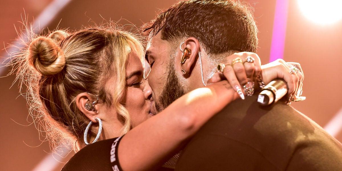 El beso de Karol G y Annuel que confirmó su relación