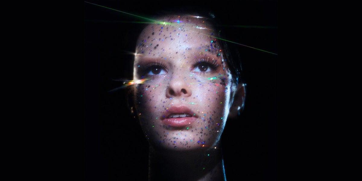 DORA presenta su primer single 'Saving Stars'