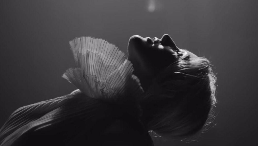 Ellie Goulding en el videoclip de 'Flux'