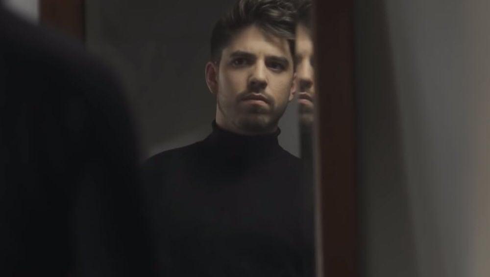 Roi Méndez en su videoclip 'Plumas'
